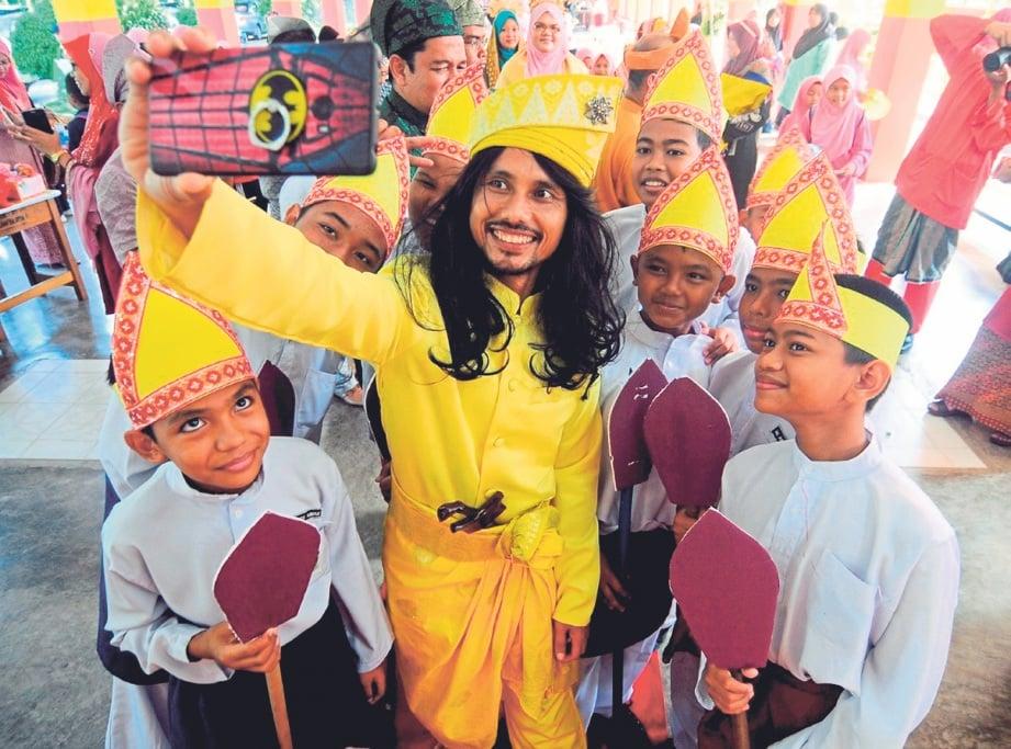 GURU,  Farid Razali 42, mengenakan pakaian pahlawan bersama murid-muridnya di Majlis Sambutan Sempena Hari Guru 2018 di Sekolah Kebangsaan (SK) Pedah. FOTO Nazirul Roselan.