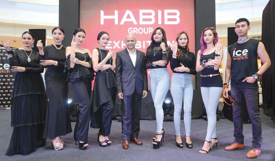 MEER Habib bersama model yang menggayakan koleksi terbaru Kumpulan Habib.