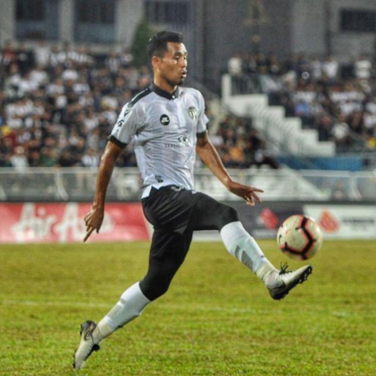 Pemain pertahanan TFC, Muhammad Hafizal Mohamad.