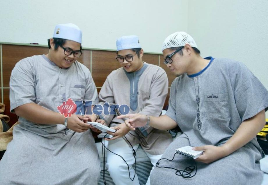 Muhamad Zazali Fikri (kanan), Muhamad Zaini Fikri (tengah) dan Muhamad Zarif Fikri bersama-sama ke Makkah selepas menyimpan wang di TH sejak kecil. FOTO Tuan Asri Tuan Hussein