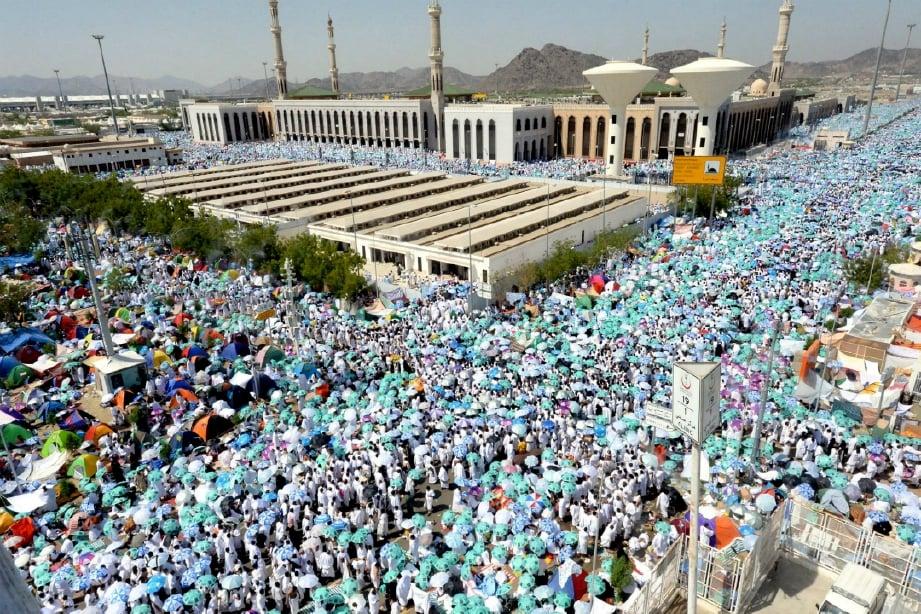 (GAMBAR FAIL) Jemaah haji dari seluruh dunia melaksanakan rukun haji kedua iaitu wukuf di Arafah. FOTO BERNAMA