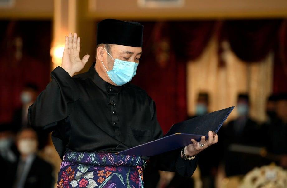 HAJIJI mengangkat sumpah sebagai Ketua Menteri Sabah Ke-16, hari ini. FOTO Bernama.