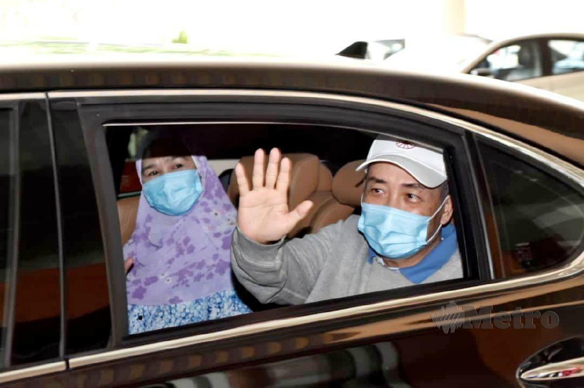 HAJIJI dan isteri dibenarkan discaj dari hospital selepas pulih daripada Covid-19. FOTO ihsan Pejabat Ketua Menteri Sabah