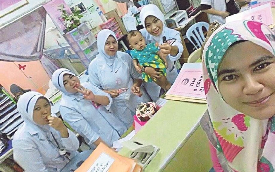 SUZANA (paling hadapan) bergambar bersama jururawat yang merawatnya ketika mengalami alahan teruk.