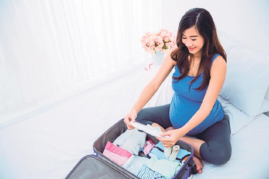 PASTIKAN kelengkapan pakaian ibu dan bayi ketika bersalin dan dalam pantang disediakan. GAMBAR Hiasan