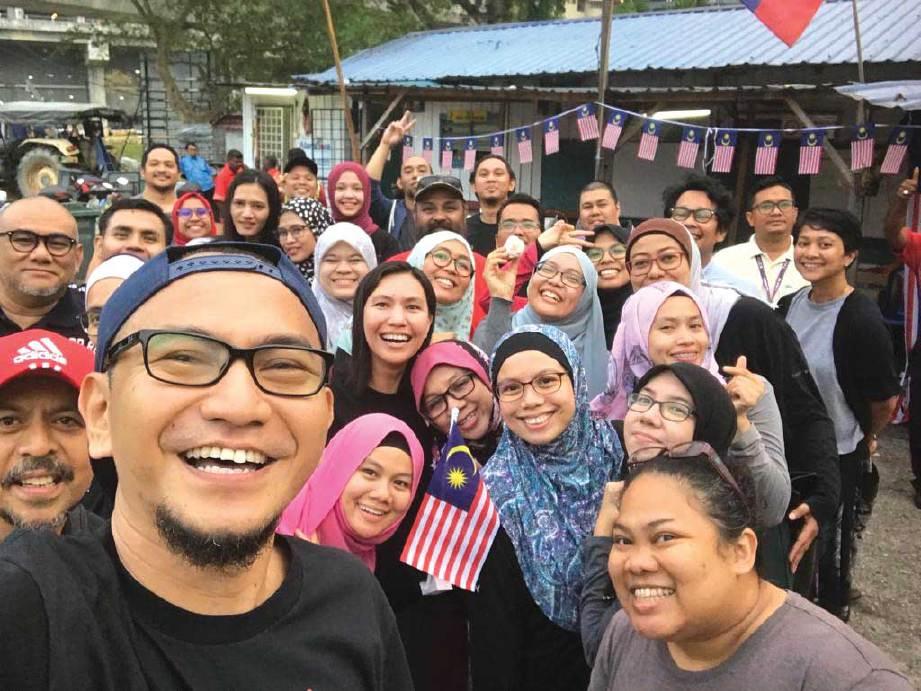 BERSAMA sukarelawan yang membantu kerja amal Kengkawan Project. FOTO Ihsan Kengkawan Project