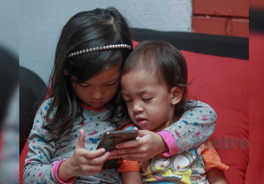 HANA (kiri) bersama adiknya Hani ketika ditemui di Seksyen 11, Shah Alam. FOTO Sairien Nafis