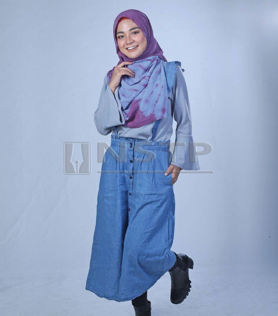 SELESA skirt kembang dipadankan blaus. Tampil Muslimah dengan but, gaya Hanna ke kelas.