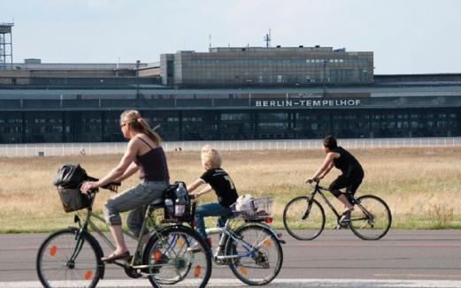PENDUDUK Berlin menjadikan kawasan landasan sebagai lokasi beriadah.