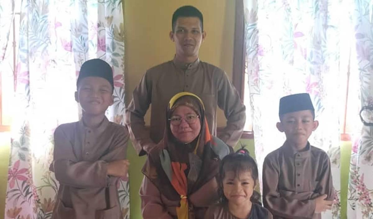 MOHD Razif bersama Allahyarhamah Harniza dan tiga anak berusia lima, sembilan dan 11 tahun ketika menyambut Aidilfitri lalu.