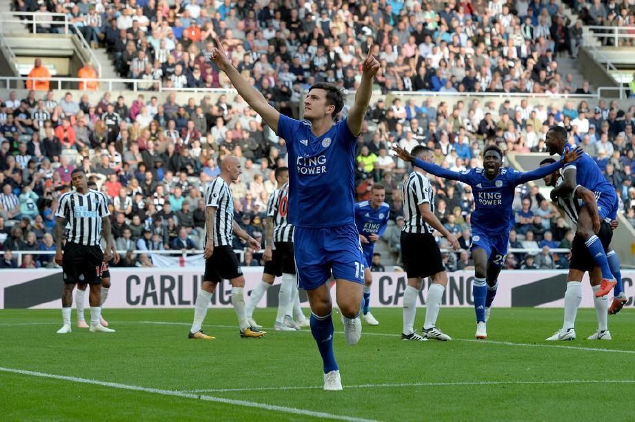 MAGUIRE (depan) meraikan jaringannya bersama Leicester. — FOTO Agensi