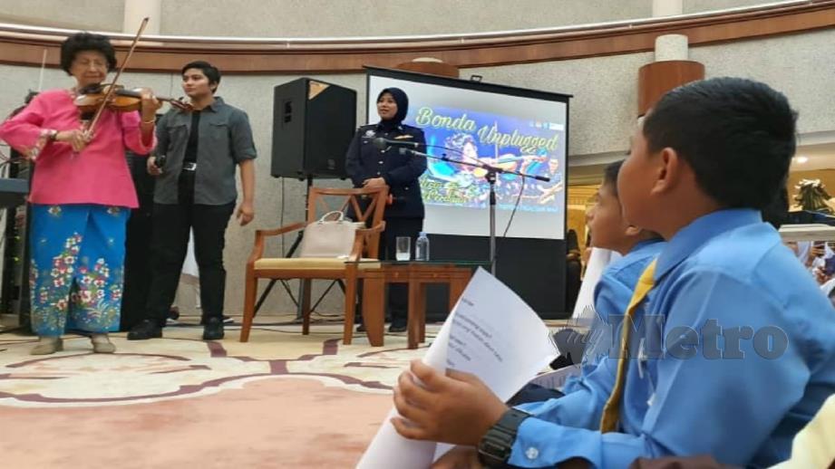 DR Siti Hasmah membuat persembahan di hadapan 114 pelajar. FOTO Hamzah Osman.