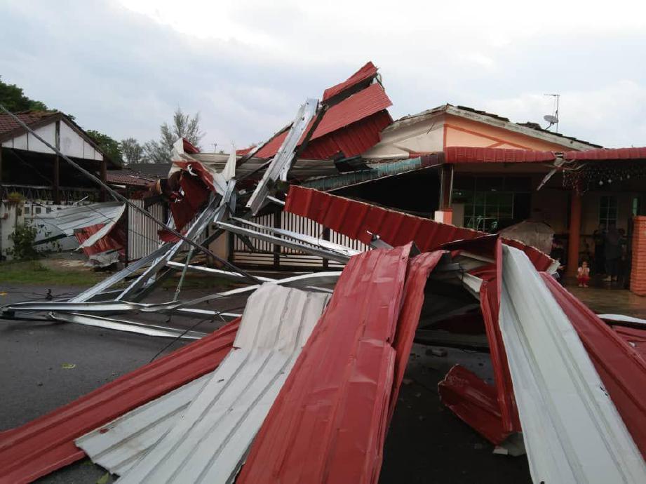 SEBATANG pokok turut tumbang di hadapan rumah kanak-kanak lelaki yang cedera di kepala akibat dihempap siling rumah dalam kejadian ribut di Taman Sang Kancil, Lunas. FOTO IHSAN JBPM