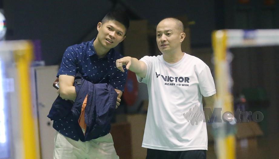 HENDRAWAN (kanan) bersama Pengarah Kejurulatihan BAM, Wong Choong Hann. — FOTO Owee Ah Chun