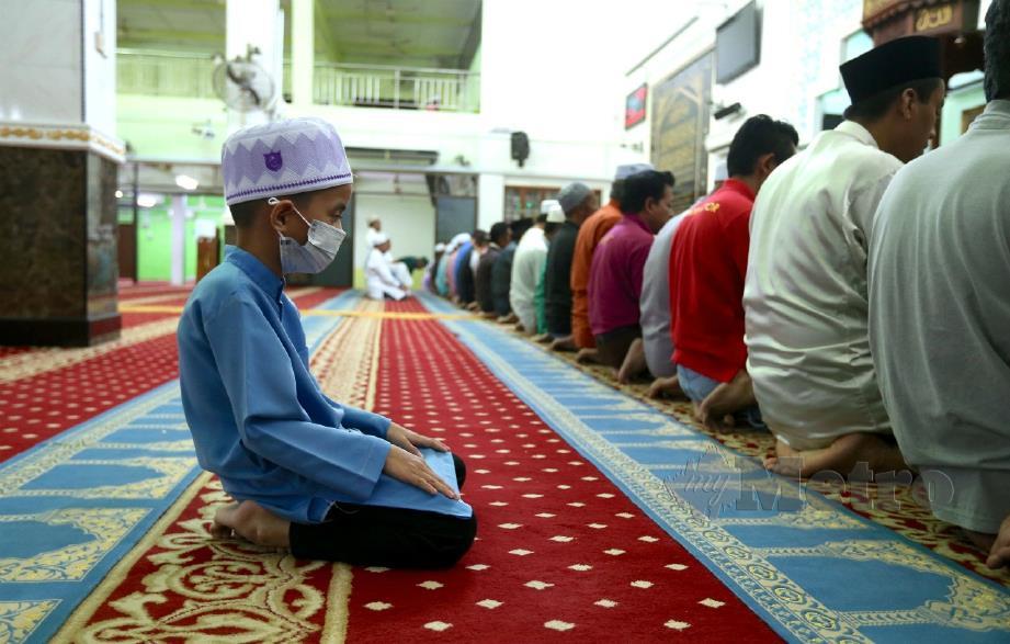 Gambar fail, kanak-kanak bersolat di masjid. FOTO NSTP.