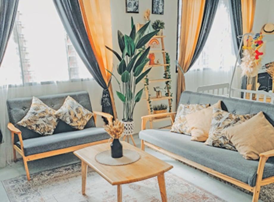 RUANG tamu yang menggunakan kombinasi warna menarik.