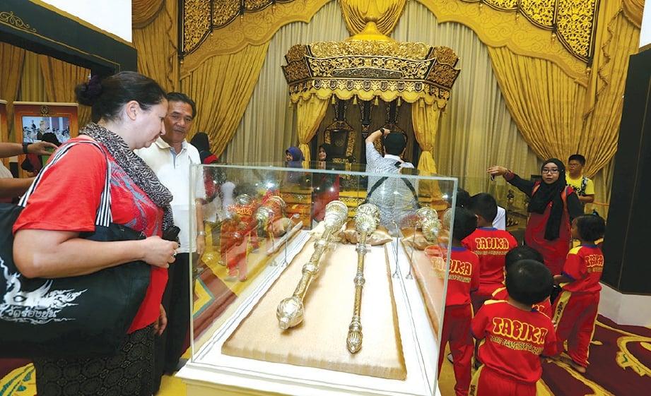 PENGUNJUNG teruja melihat Cogan Alam dan Cogan Agama yang dipamer di Muzium Diraja.