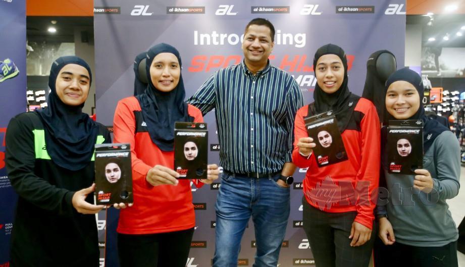 VACH (tengah) bersama empat pemain hoki kebangsaan yang memperagakan hijab sukan AL Sports, hari ini. — FOTO Mohd Khairul Helmy Mohd Din