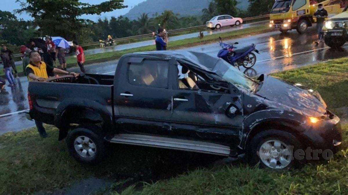 KEADAAN Toyota Hilux yang terbabas selepas melanggar lopak air di Batu 7 Jalan Apas, Tawau, petang semalam. FOTO ihsan polis