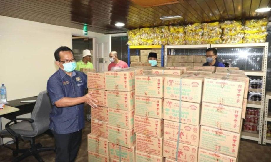 MOHD Ajib menyusun telur masin yang disumbangkan untuk program Jawi Food Bank. FOTO ihsan JAWI