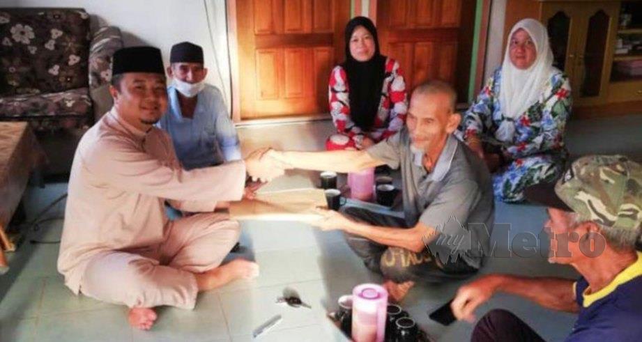 KETUA Penerangan PAS Sarawak, Zharudin Narudin (kiri) menerima kemasukan ahli baru di kawasan Beting Maro. FOTO Norsyazwani Nasri