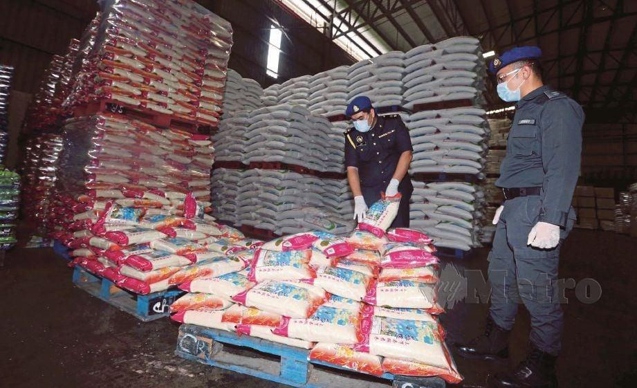 MOHAMAD Sani Mohammad Nor (kiri) bersama anggota penguatkuasa memeriksa bekalan keperluan asas di kilang beras dan pemborong gula di Balakong susulan PKP lanjutan bagi mencegah penularan wabak Covid-19. FOTO Hairul Anuar Rahim