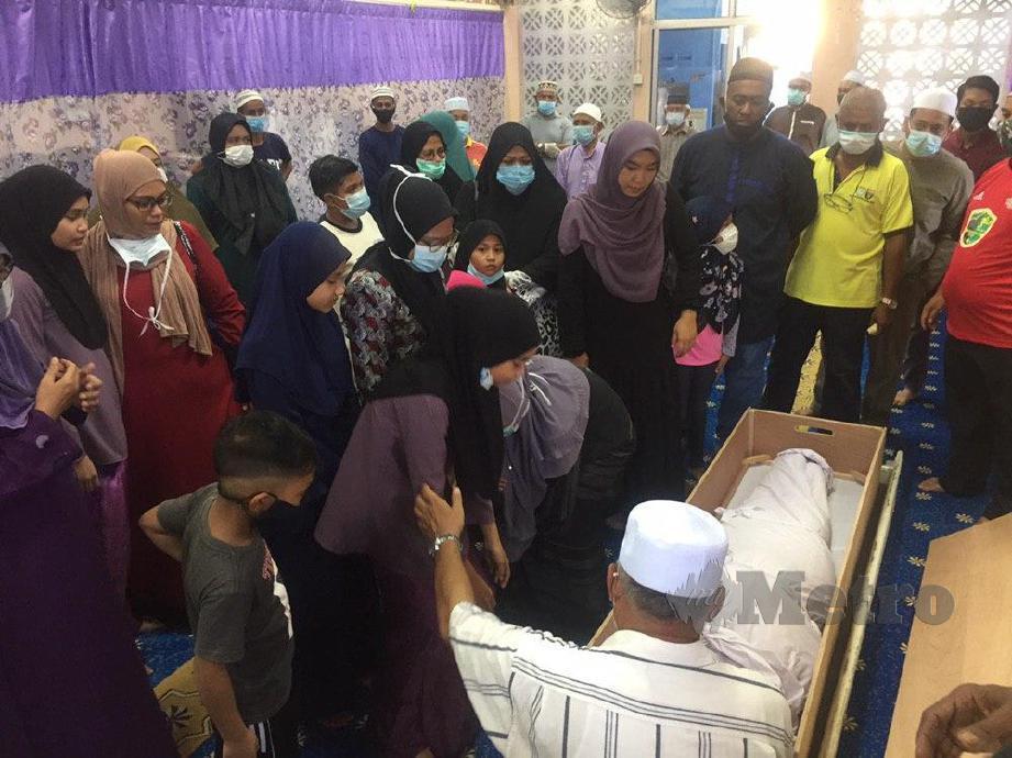 SUASANA ketika jenazah Zuriana Hasan,35 tiba untuk disembahyangkan sebelum dikebumikan di Tanah Perkuburan Islam Bagan, Jermal, Butterworth. FOTO Nur Izzati Mohamad