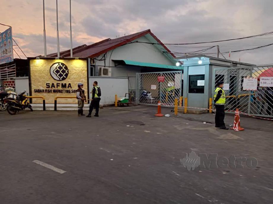ANGGOTA polis dan DBKK menjalankan operasi bersepadu di kawasan SAFMA dan Pasar Besar Kota Kinabalu. FOTO Juwan Riduan