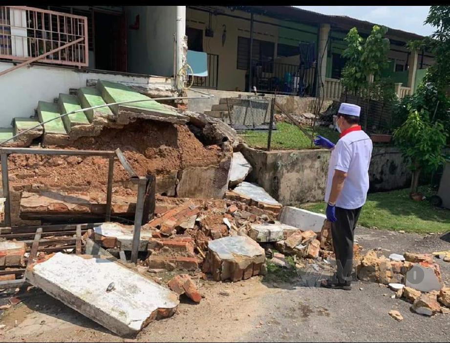 ISMAIL memeriksa tanah runtuh di Taman Tunggal Durian Tunggal. FOTO Nazri Abu Bakar