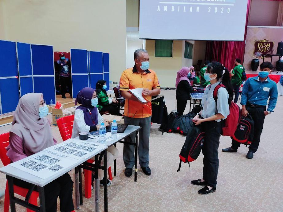 TIMBALAN Naib Canselor (Hal Ehwal Pelajar dan Alumni) Prof Dr Md Amin Md Taff (dua dari kanan) berbual bersama penuntut baharu. FOTO ihsan Noorzali.