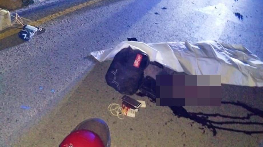 MANGSA maut di tempat kejadian akibat kecederaan parah di kepala selepas motosikal ditunggangnya terbabas di Kilometer 13, Jalan Sri Aman-Sarikei, malam tadi. FOTO ihsan POLIS