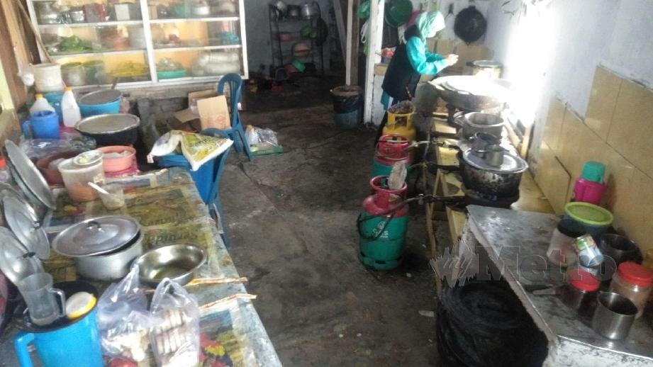 KEADAAN dapur sebuah kedai makan di bandar Tumpat yang kotor dengan peralatan memasak berkulat serta sampah yang tidak dibuang. FOTO Siti Rohana Idris