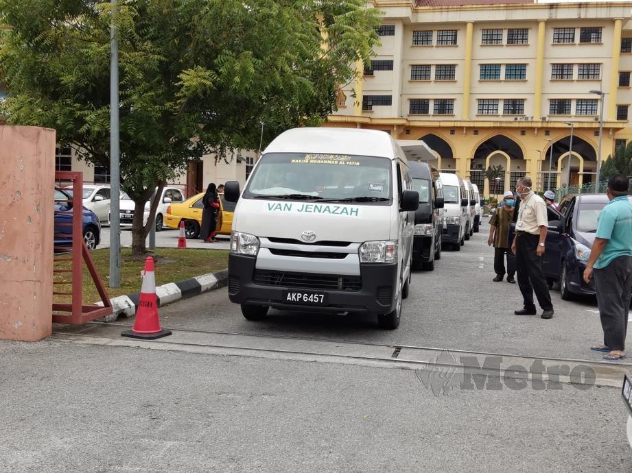 JENAZAH tujuh sekeluarga yang terkorban dihantar dengan menaiki enam van jenazah ke halaman Kampung Badlishah, Serdang, Kedah. FOTO Balqis Jazimah Zahari