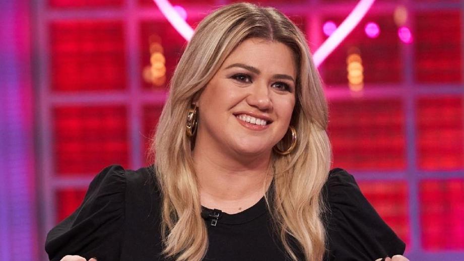KELLY Clarkson menggantikan tempat Simon Cowell dalam program America's Got Talent.