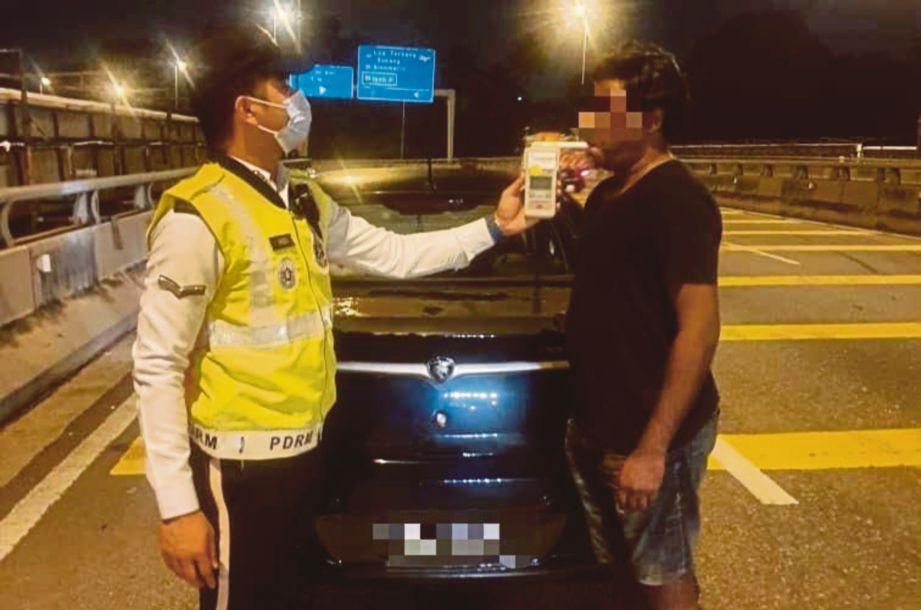 ANTARA individu yang diperiksa dalam Operasi Alkohol dan Pencegahan Jenayah di beberapa lokasi di Petaling Jaya, semalam. FOTO ihsan Polis