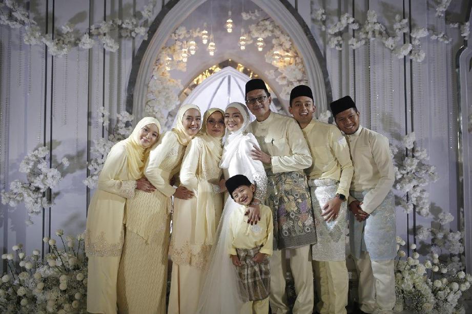 MIRA Filzah disamping ahli keluarga selepas majlis akad nikah. FOTO Media Prima