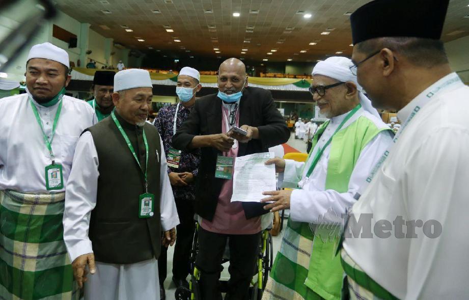 MURALI Abdullah menyertai parti PAS dan menyerahkan borang keahlian ketika hadir dalam Muktamar Tahunan PAS kali ke-66 di Pusat Tarbiah Islamiah Kelantan di sini hari ini. FOTO Nik Abdullah Nik Omar