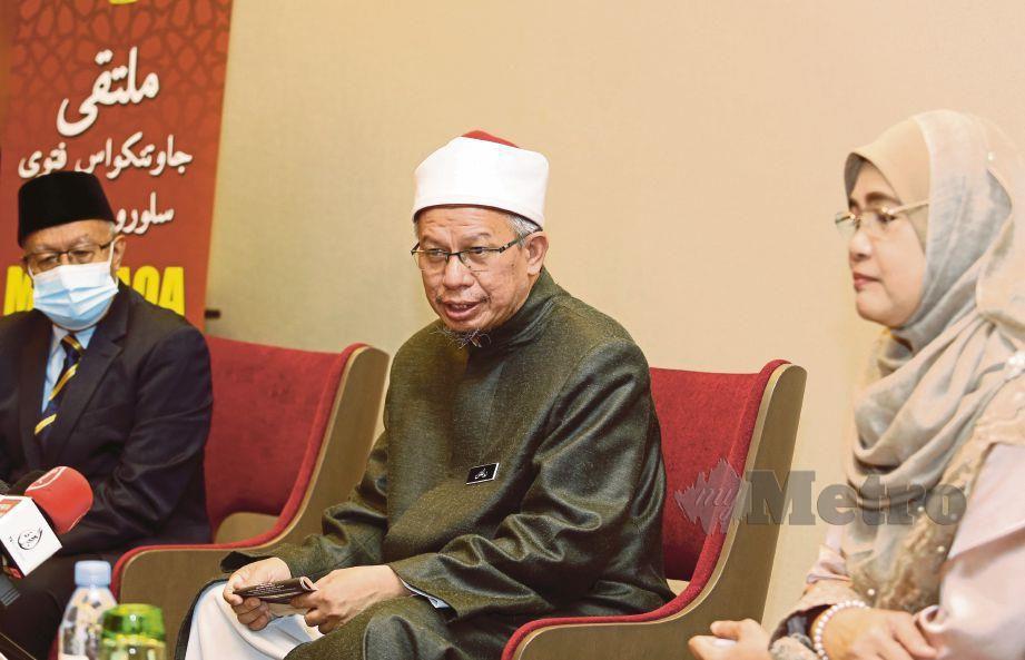 DATUK Seri Dr Zukifli Mohamad Al-Bakri (tengah) ketika sidang media Majlis Perasmian Multaqa Ahli Jawatankuasa Fatwa Seluruh Malaysia di Hotel Sama-Sama, Sepang. FOTO Mohd Fadli Hamzah