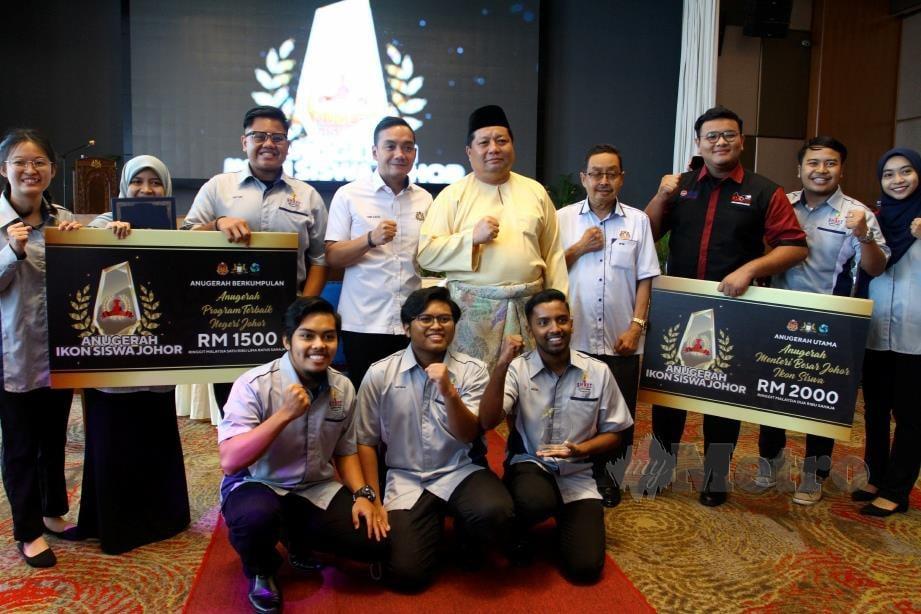 MAZLAN Bujang bergambar dengan pemenang Anugerah Ikon Siswa Johor selepas merasmikan Majlis Anugerah Ikon Siswa Johor 2020 di Holiday Villa, Johor Bahru. FOTO Zain Ahmed