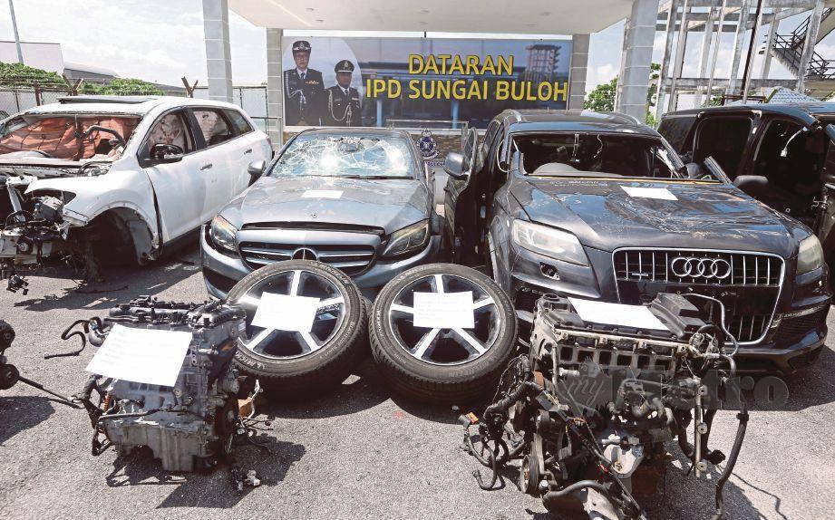SEBAHAGIAN kenderaan mewah dan komponen yang ditemui selepas polis menumpaskan sindiket penipuan dan melupuskan kenderaan mewah curi 'Geng Weng'. FOTO Hairul Anuar Rahim