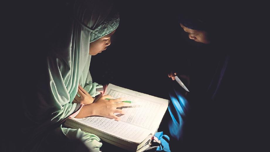 DALAM hadis banyak ditekankan supaya sentiasa menekuni al-Quran.