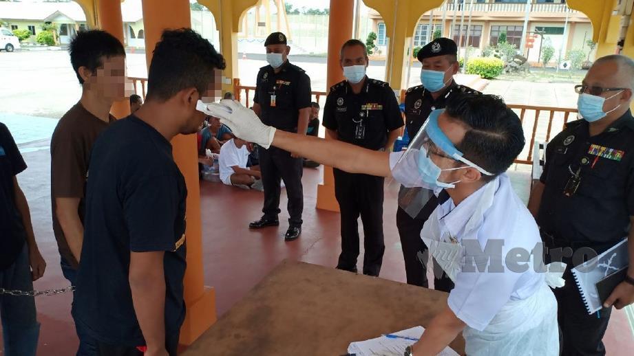 AHMAD Saidi Hamzah (dua dari kanan) dan Nik Robidin Ab Rahman (tiga dari kiri) melihat SOPCovid-19 pemeriksaan suhu badan penghuni baru yang dijalankan di Penjara Marang. FOTO Ahmad Rabiul Zulkifli