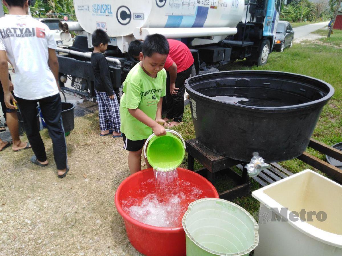 PENDUDUK Kampung Bukit Kerayong, Jeram hari ini mengambil air dari lori tangki Air Selangor Sdn Bhd (Air Selangor). FOTO Amirul Aiman Hamsuddin
