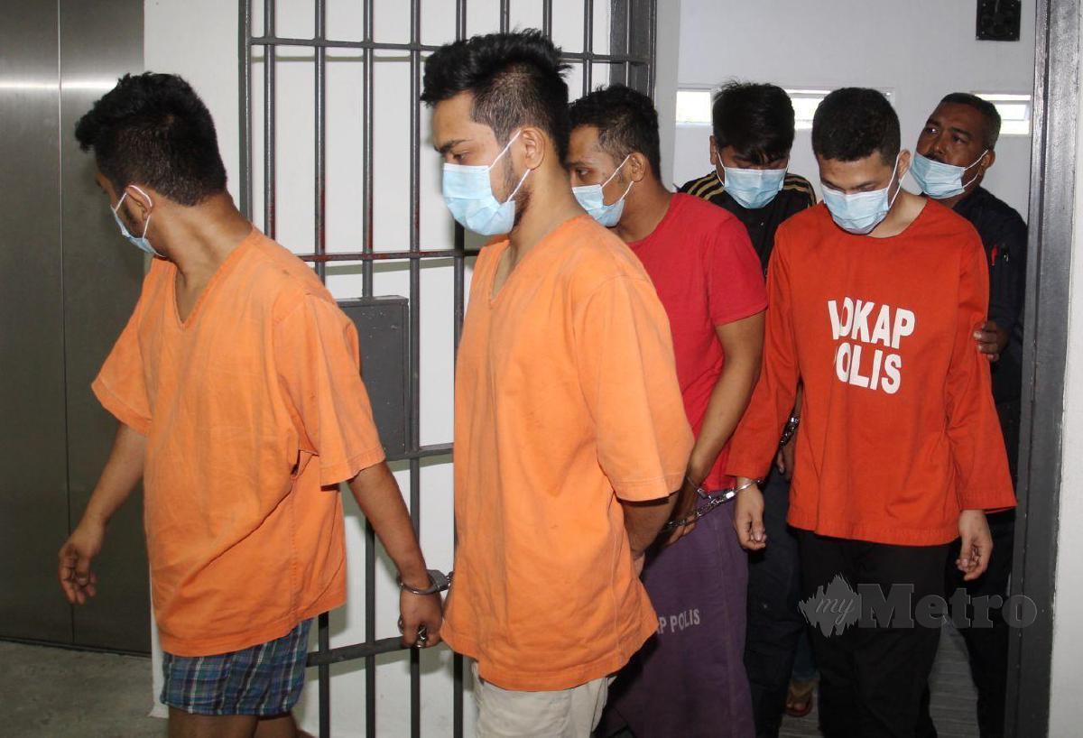 SEORANG tauke shisha (tengah) dan pembantu kedai makan (kiri) serta Mohammad Nor Aizaq Rosli, 25, (kanan) di hadapakan ke Mahkamah Majistret selepas tidak mengaku bersalah. FOTO Nik Abdullah Nik Omar