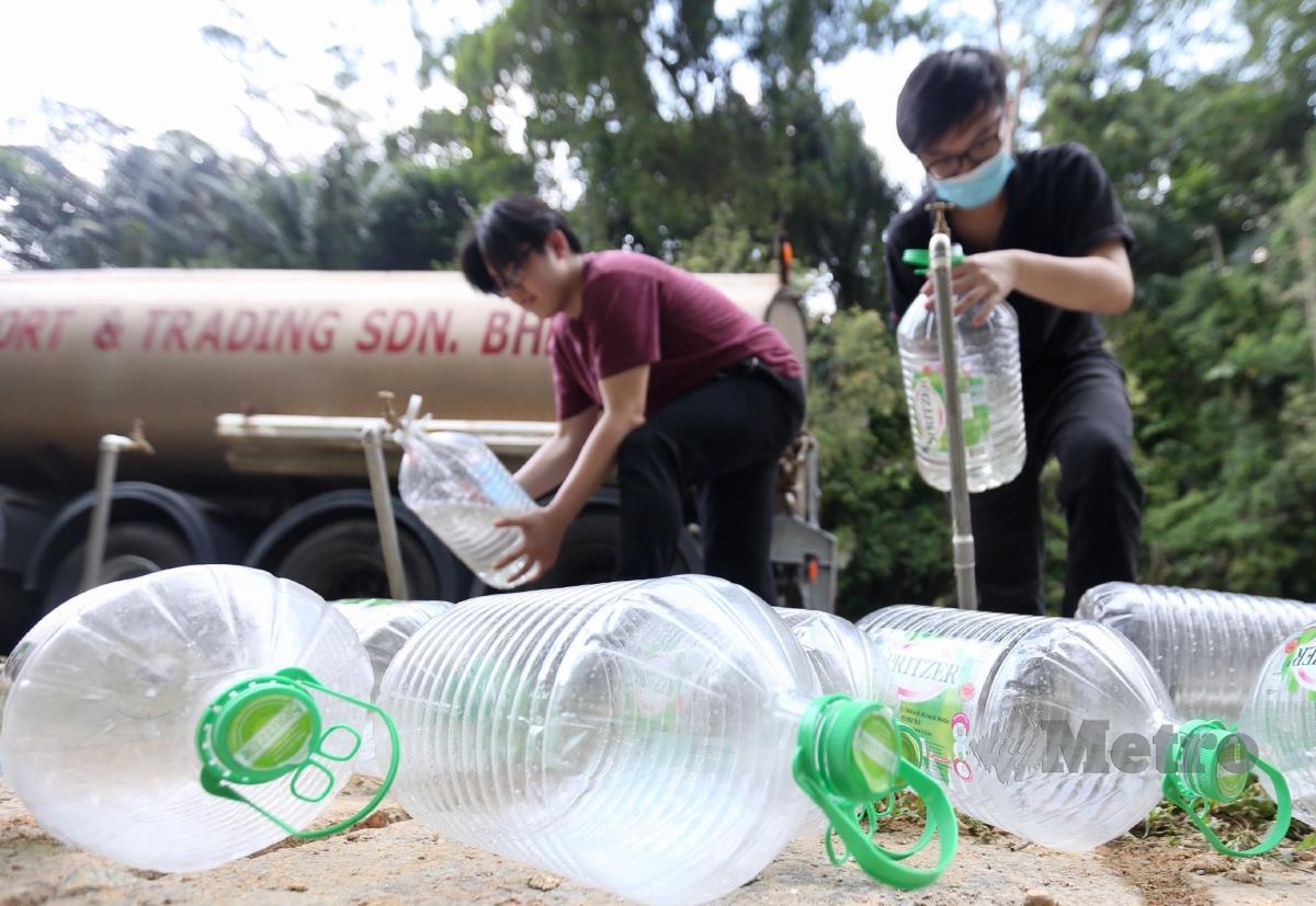 ORANG ramai mendapatkan bekalan air bersih di pusat khidmat setempat dan pili awam yang disediakan ketika tinjauan di Padang Merbok, Kuala Lumpur selepas loji rawatan air Sungai Selangor fasa1, 2 dan 3 ditutup akibat pencemaran bau. FOTO Mohamad Shahril Badri Saali