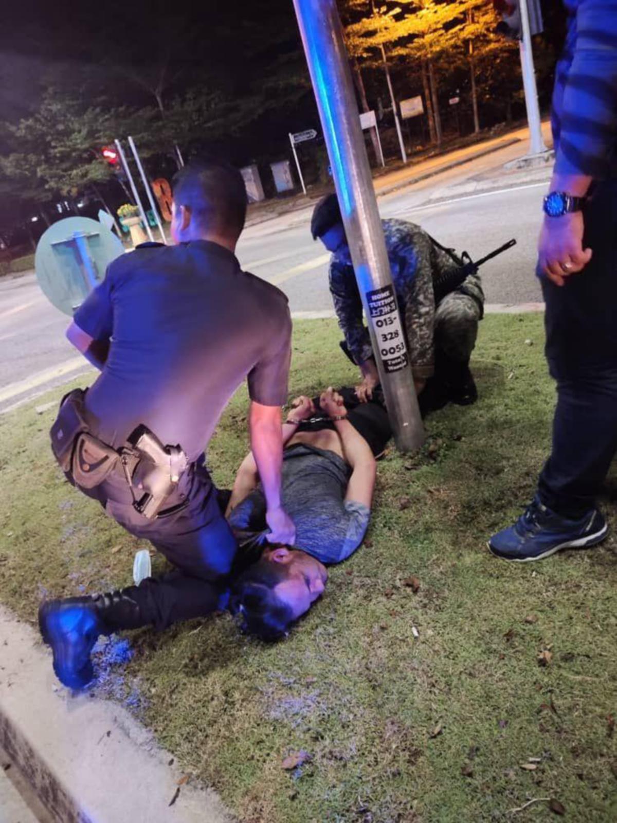 SUSPEK yang berjaya diberkas polis selepas melarikan kereta peronda polis.