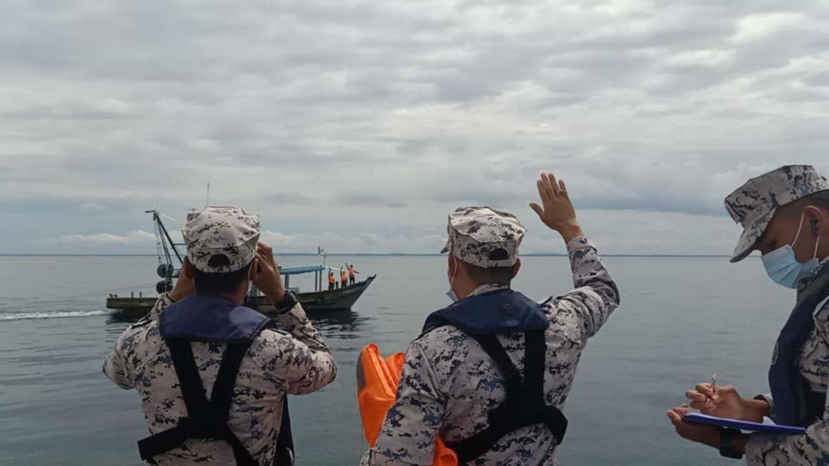 PASUKAN Operasi Cegah PATI (OCP) laut melaksanakan pemantauan dalam mengekang masukkan PATI di perairan Sabah. FOTO ihsan ESSCOM