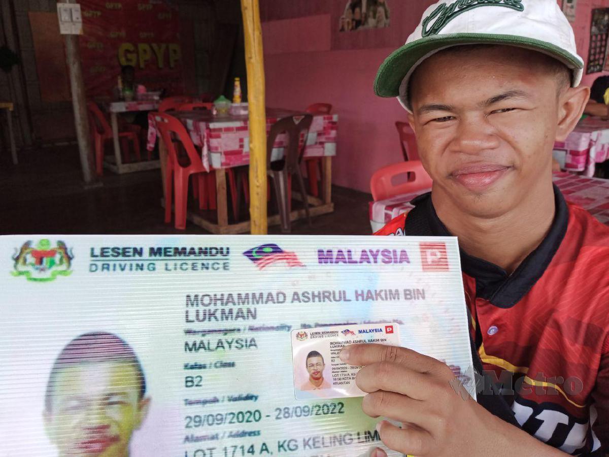 YOE menunjukkan plak lesen memandu motosikal B2 yang berjaya dimiliki. FOTO Nor Amalina Alias