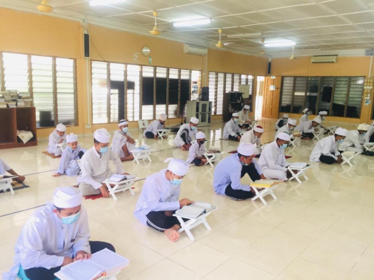 PELAJAR Maahad Tahfiz An-Nabawiyyah Lid Dirasatil Islamiyyah sedang mengikuti pengajian. FOTO ihsan Maahad Tahfiz