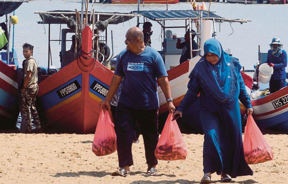 IKAN pelaling dan ikan kembung yang dijual secara pukal. FOTO BERNAMA